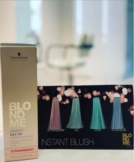 A box of Schwartzkopf Blond me is standing on the sofa at the klinik hairdressing to show off the 4 tones we have.