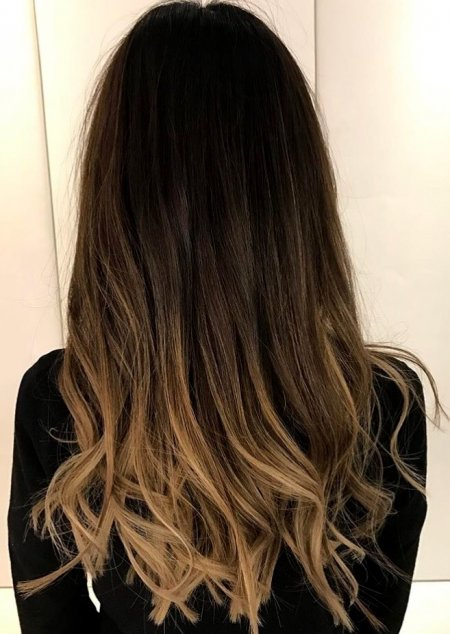 A darker based hair has been coloured using a balayage technique to give a natural sunkissed look. Thea at the klinik used Olaplex troughout and finished off with the GHD irons to give a soft toussled finish.
