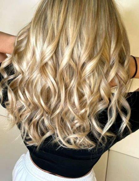 Long Blonde hair at the klinik salon