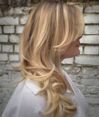 Blonde hair that uses the balayage tech nique to create a summer look at the klinik
