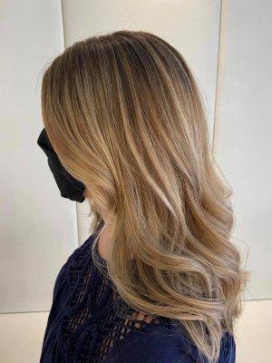 Cool blonde by Leyla at the klinik salon