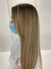 Girl with long blonde hair and blue facemask at the klinik salon London